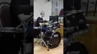 Парень круто играет на барабанах!!! (иси-диси )