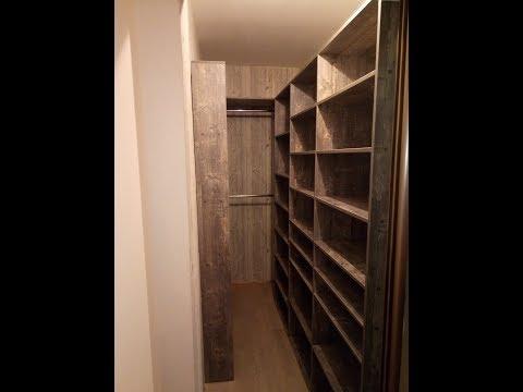 маленькая гардеробная комната с зеркалом