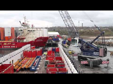 SENNEBOGEN - Port handling: 6130 Harbour Mobile Crane loading for offshore-shipping, Scotland