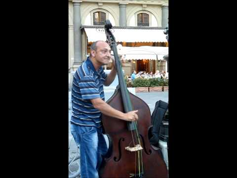 Italian Gypsy Jazz - I Will Survive - Street Music