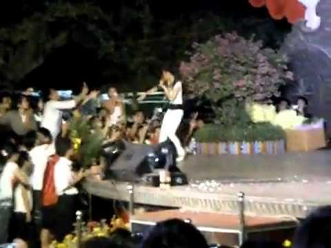 Đông Nhi bị cưỡng hôn trên sân khấu- Buonchuyen.info.FLV