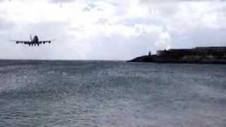 Jumbo Jet flys 1ft over heads of stunned onlookers!!