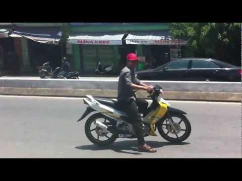 Xe SaTria vàng trắng đen