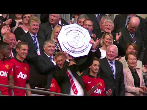 David Moyes Holds Up His First Trophy As Manchester United Manager
