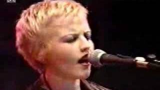 The Cranberries en vivo en Alemania 1995 ode to my family.