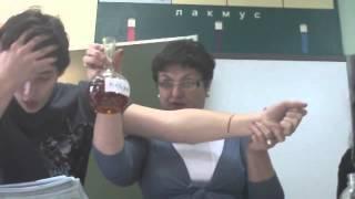 Учительница химии режет ученику руку прямо на уроке! Русские видео приколы.