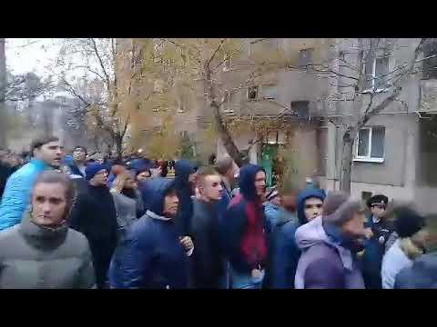 Курская область. В Железногорске во дворе дома, где убит мальчик, собралась топла