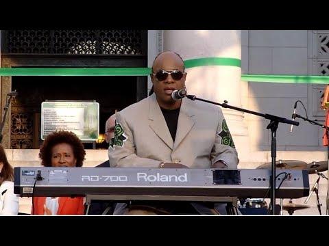 Stevie Wonder sing