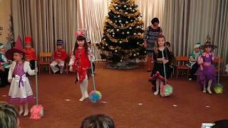 Download Новорічний танок (леді ягусі :)) Дитячий садок Mp3 and Videos