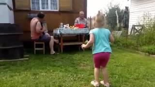 Дети танцуют под гармонь