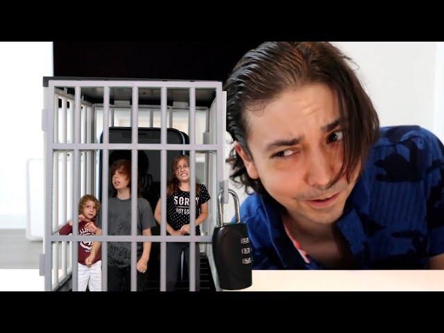 صَغّرهم ووضعهم في السجن!!!