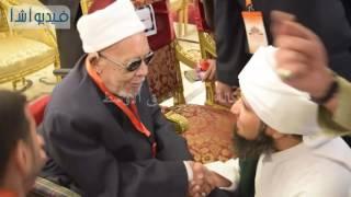 بالفيديو : حبيب الجفري  يقبل يد الشيخ معوض و  يطلب منه الدعاء