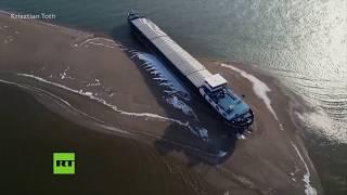 Un buque de carga encalla en el Danubio a su paso por Hungría