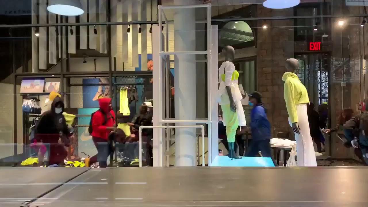 Aventurero salida exposición  AHORA: Saquean tienda Nike en la Quinta Avenida de Nueva York (EEUU) -  YouTube