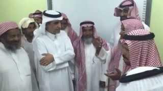 بالفيديو.. قصيدة حماسية لعاصفة الحزم من مسن بمحو الأمية أمام وزير التعليم