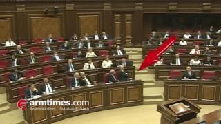 ՀՀԿ ական Սամվել Նիկոյանը խաչակնքվում է Փաշինյանի ելույթից առաջ  շառից փորձանքից հեռո՞ւ