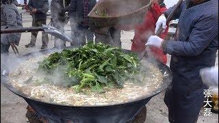 河南农村结婚做的大锅汤面条 一锅二三百人吃 吃着都说得劲