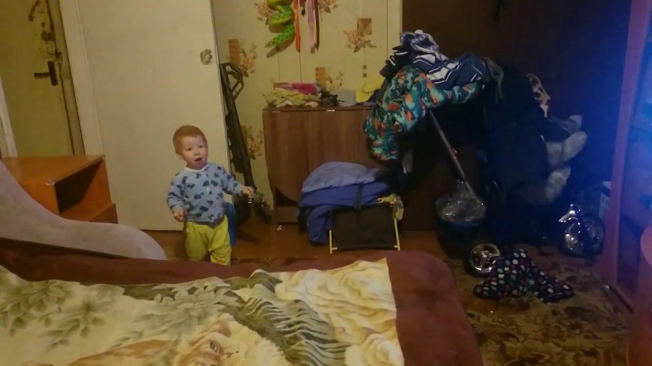 Мать и сын развлекаются пока отец на работе кино