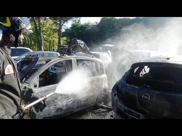 LOANO, 7 AUTO COINVOLTE IN UN INCENDIO NELLA CENTRALISSIMA PIAZZA VALERGA: video #1