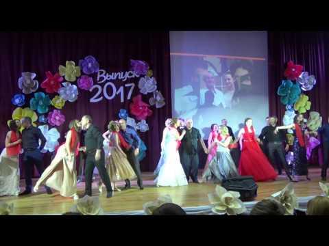Трогательный танец пап c дочками на выпускном Островец