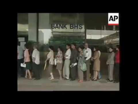Masyarakat menarik uang dari bank yang dilikuidasi rush  Jakarta, 13 November 1997