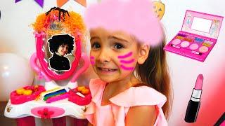 Как Мама и девочки делают макияж на Хэлоуин Веселая история