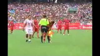 Jugador brasileño le bajó el short a un árbitro en pleno partido