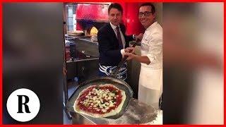 Napoli, il premier Conte da Sorbillo si prepara la pizza da solo col metodo 'dello schiaffo'