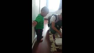 Прикол любопытный маленький мальчик