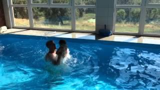 Marek lítá v bazénu