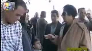 القذافي يهين متسول جزائري : روح اشحت في بلادك  الجزائر