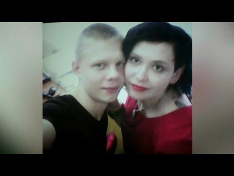 Молодой парень трахнул мать и дочь Групповой секс