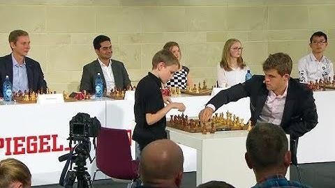 Simultan-Schach mit dem Weltmeister: Einer gegen zwölf