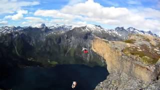 Бейсджампинг. Затяжные прыжки со скалы в костюме крыле