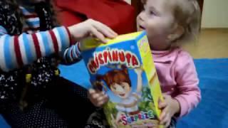 Melissa se Joaca Jasmina ii aduce o cutie cu Pufuleti de Porumb cu surpriza