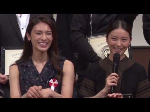 """武井咲、""""階段落ち""""やってみたい 秋元才加は即答 「ジャパンアクションアワード2015」 #Emi Takei and Sayaka Akimoto #Japan Action Award"""