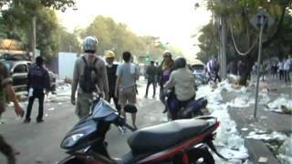 Repeat youtube video แฟ้มภาพ ตำรวจทุบรถประชาชน ไทย ญี่ปุ่น ดินแดง 26 12 56