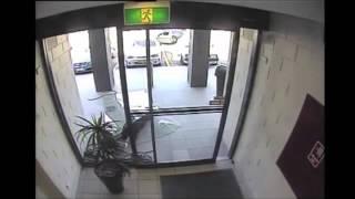 Смешное видео стеклянные двери(Стеклянные двери, покрытие защитной пленкой по классам А1, А2, А3. Заказать в Новосибирске http://optimus54.ru// звонит..., 2014-07-25T15:32:08.000Z)