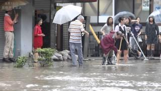 京都市で大雨 御苑前の丸太町通が冠水 thumbnail