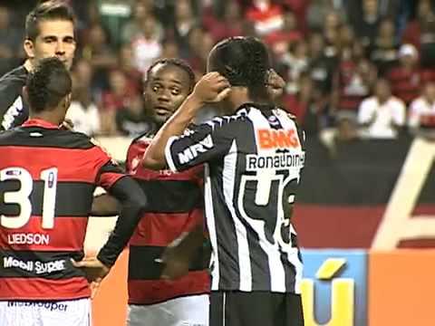 Ronaldinho reencontra torcida do Flamengo, e Rubro Negro vence Atlético MG