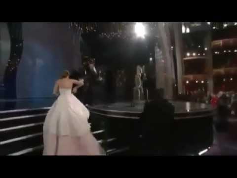 Jennifer Lawrence sufre aparatosa caída camino a recibir el Oscar a mejor actriz.
