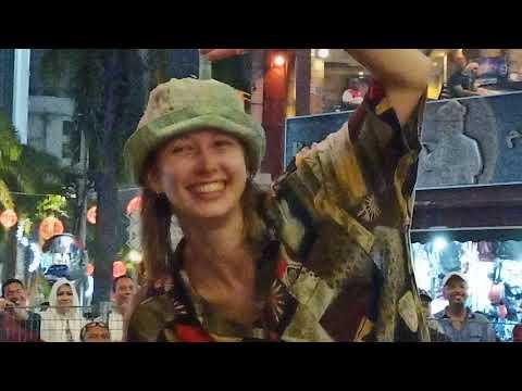 Alisa dari Latvia menari sakan di Sentuhan Buskers