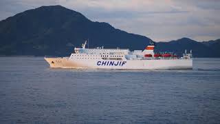 大阪・神戸と上海を結ぶ国際定期船「新鑑真」。来島海峡通過シーンを捉...