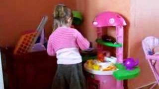 Lena Joue Avec Maman à La Dinette
