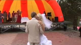 На свадьбе мама поёт для дочки)
