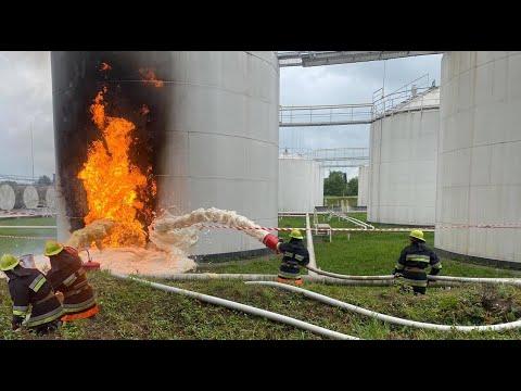 DSNSKHM: Рятувальники Хмельниччини на території нафтобази ліквідували загорання резервуару з бензином