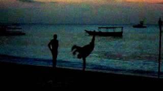 海辺で踊る若者たち2。