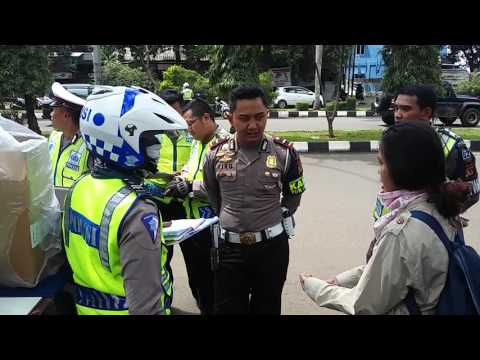 VIDEO - Wanita Ini Debat Polisi Minta Surat Tilang Warna Biru