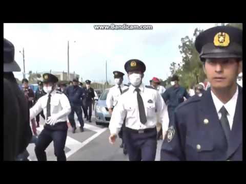 逮捕者を乗せた警察車両を襲撃するプロ土人たち