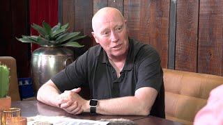 Doug Mason oud speler en coach van Tilburg Trappers schuift aan bij Klaas van den Broek.